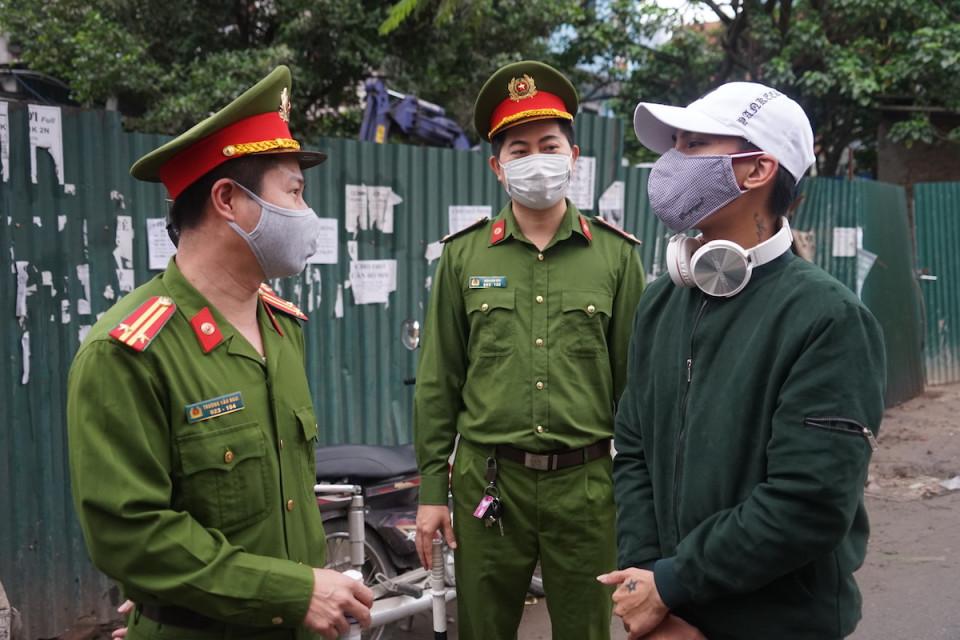Lực lượng chức năng xét hỏi lý do ra đường với hàng trăm người và nhắc nhở họ ở nhà để phòng chống Covid-19