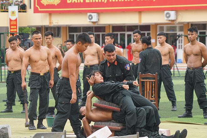 nu-canh-sat-co-dong-xinh-dep-trinh-dien-tuyet-ky-minh-dong-da-sat_793035_1-7888409