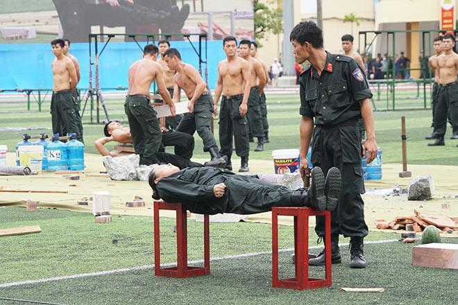 nu-canh-sat-co-dong-xinh-dep-trinh-dien-tuyet-ky-minh-dong-da-sat_793035_2-4680925