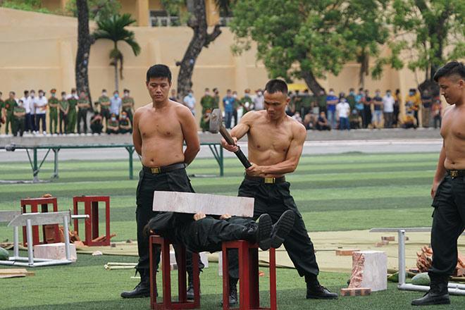 nu-canh-sat-co-dong-xinh-dep-trinh-dien-tuyet-ky-minh-dong-da-sat_793035_3-9497777