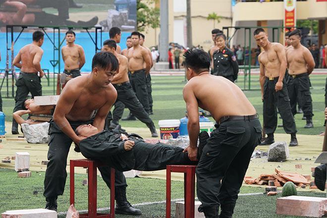 nu-canh-sat-co-dong-xinh-dep-trinh-dien-tuyet-ky-minh-dong-da-sat_793035_7-5585172